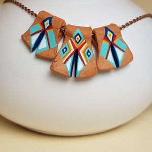 Indiáner kerámia szett, Ékszer, Ékszerszett, Fémmegmunkálás, Festészet, Ez a kis láncos cserépékszer kézzel festett, egyedi darab. Élénk színei derűt hoznak viselője és kör..., Meska