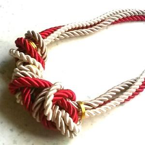 -40% kedvezmény  Marinia nyaklánc, Ékszer, Nyaklánc, Ékszerkészítés, Csomózás, Most  ezen a kedvező áron vásárolhatod meg a terméket. Kiváló minőségű zsinórból készült, piros-bar..., Meska