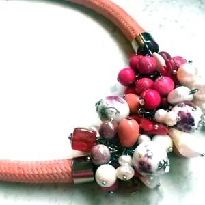 Virágos porcelán-ásvány-tenyésztett gyöngy nyaklánc , Ékszer, Esküvő, Nyaklánc, Esküvői ékszer, Ékszerkészítés, Gyöngyfűzés, Barackszínű, kicsit antikolt hatású kötél száron lógó (amit magam festettem a kellő összhatás véget..., Meska