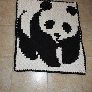 Panda macis horgolt baba takaró, Gyerek & játék, Gyerekszoba, Falvédő, takaró, Baba falikép, Otthon & lakás, Képzőművészet, Textil, Horgolás, Kellemes tapintású fonalból készítettem, különleges technikával ezt a pandás takarót.\nMérete 75x95 c..., Meska