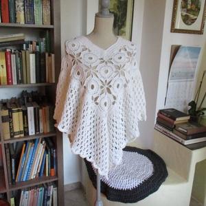 Fehér poncsó, Poncsó, Női ruha, Ruha & Divat, Horgolás, Gyapjú tartalmú fonalból horgoltam ezt a színátmenetes poncsót.\nHossza 55 cm. /nyak kivágásától mérv..., Meska