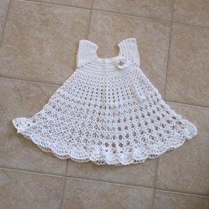 Fehér pamut, horgolt kislány ruha, Táska, Divat & Szépség, Ruha, divat, Gyerekruha, Gyerek (1-10 év), Horgolás, Vékony pamut fonalból készítettem ezt a csipke mintás kislány ruhát kis virággal.\nMérete\nmellbőség 5..., Meska