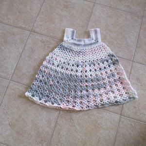 Rózsaszín-szürke horgolt, mikrofiber kislány ruha, Táska, Divat & Szépség, Ruha, divat, Gyerekruha, Gyerek (1-10 év), Kamasz (10-14 év), Horgolás, Fantasztikus mikrifiber fonalból horgoltam ezt a kislány ruhát.\nMellbősége 50 cm, hossza 56 cm., Meska