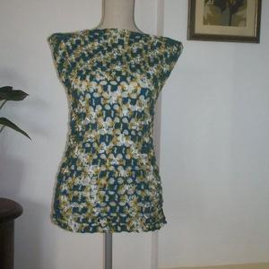 Kék-zöld-sárga horgolt ruha, Táska, Divat & Szépség, Ruha, divat, Gyerekruha, Kamasz (10-14 év), Kismamaruha, Női ruha, Ruha, Horgolás, Mikroszálas anyagból horgoltam ezt a rugalmas női felsőt. Akár strand ruha is lehet.\nMellbősége 85-9..., Meska
