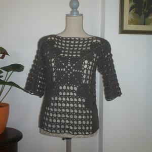 Szürkés barna horgolt modern blúz, Blúz, Női ruha, Ruha & Divat, Horgolás, Modern mintával készült ez a könnyű darab.\nMellbősége 90-95 cm, hossza 57 cm,\nujja hossza 28 cm...., Meska