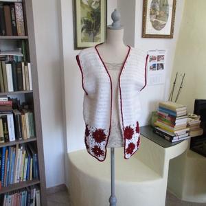 Fehér-bordó horgolt mellény, Mellény, Női ruha, Ruha & Divat, Horgolás, Virágokkal díszítettem ezt a könnyű romantikus mellényt.\nMellbősége 100-105 cm, hossza 65 cm...., Meska