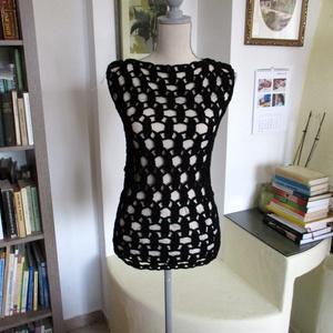 Fekete körös horgolt női felsőrész, Ruha & Divat, Póló, Babaruha & Gyerekruha, Modern körös mintával horgoltam ezt a rugalmas anyagú blúzt. Mellbősége 85-90 cm, hossza 60 cm...., Meska
