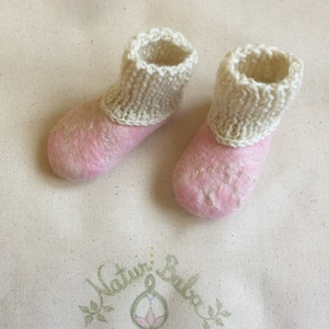 Nemez babacipő. Puhatalpú Hordozós cipő. Kötött babacipő. Természetes merinoi gyapjú gyerekcipő.. Naturbaba kiscipő., Babacipő, Babaruha & Gyerekruha, Ruha & Divat, Nemezelés, Kötés, Puha merinói gyapjúból nemezelt kiscipő rugalmas kézzel kötött bokarésszel.\nNagyon jól használható h..., Meska
