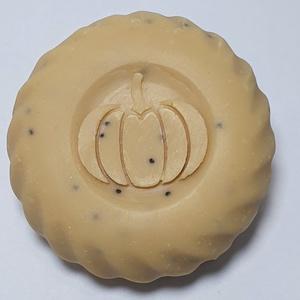 Tökös-mákos szappan, Táska, Divat & Szépség, Szépség(ápolás), Krém, szappan, dezodor, Növényi alapanyagú szappan, Virágkötés, Szappankészítés, Friss sütőtöklével készült bőrápoló szappan. \n\nNagy mennyiségben tartalmaz hidegen sajtolt tökmagola..., Meska
