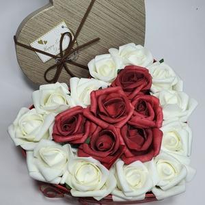 Szív rózsabox, Otthon & lakás, Dekoráció, Ünnepi dekoráció, Anyák napja, Szerelmeseknek, Virágkötés, 19 cm átmérőjű piros szív alakú, masnival és szalaggal díszített dobozban, vörös-fehér élethű habróz..., Meska