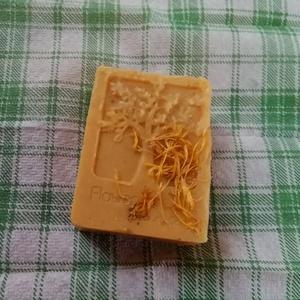 Olívás, körömvirág szappan, Táska, Divat & Szépség, Szépség(ápolás), Krém, szappan, dezodor, Gyerek & játék, Egyéb, Szappankészítés, Érzékeny bőrűek részére készítettem ezt az ápoló szappant,olívaolaj és körömvirág felhasználásával. ..., Meska