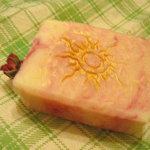 Rózsa szappan kecsketejjel, érzékeny bőrre, Szépségápolás, Szappan, Szappan & Fürdés, Ez a rózsaszappan érzékeny , és normál bőrre készült. Az elszappanosításra kókuszolajat, , kakaóvaja..., Meska