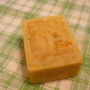 Olívás, körömvirág szappan, Szappan, Szappan & Fürdés, Szépségápolás, Szappankészítés, Érzékeny bőrűek részére készítettem ezt az ápoló szappant,olívaolaj és körömvirág felhasználásával. ..., Meska