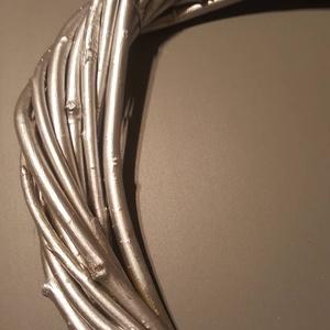 Ezüst koszorú alap fűzfa vesszőből, Otthon & Lakás, Dekoráció, Koszorú, Mindenmás, A 25 cm átmérőjű alap szolid és elegáns az ezüst bevonattól, ugyanakkor kitűnő lehetőséget nyújt kül..., Meska