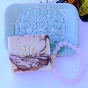 Rózsa kollekció - ásványkarkötő, kerámia szappantartó, rózsa illatú szappan, Otthon & lakás, Képzőművészet, Kerámia, Szappankészítés, Színes, kellemes rózsás szett, mely tartalmaz 1 db krémes zöld színű, mandalamintás kézműves kerámia..., Meska