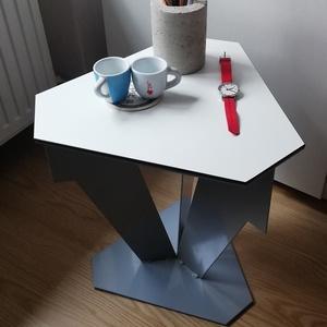 Lemez lerakó asztalka, Otthon & Lakás, Bútor, Más bútor, Fémmegmunkálás, Masszív lerakó asztalka ipari stílusban. Acél lemezekből hegesztve. Porszórt felület, kompakt lemez ..., Meska