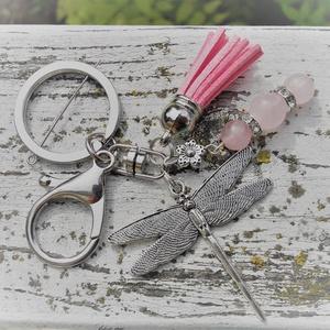 Ezüst szitakötő kulcstartó rózsakvarc ásványgyöngy dísszel, Táska, Divat & Szépség, Kulcstartó, táskadísz, Ékszerkészítés, Ezt a romantikus ezüstszínű kulcstartót 8 és 10 mm-es rózsakvarc ásványgyöngyökkel, ezüstszínű stras..., Meska