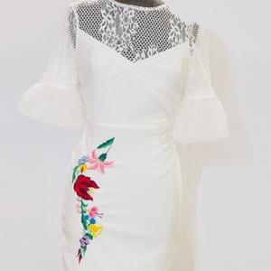 Kézzel hímzett kalocsai mintás csipkés fehér alkalmi ruha., Ruha & Divat, Női ruha, Alkalmi ruha & Estélyi ruha, Hímzés, Kézzel hímzett kalocsai mintával díszített csipkés fehér miniruha. Az anyaga rugalmas, így valamenny..., Meska