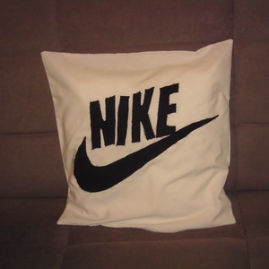 Nike párna, Lakberendezés, Otthon & lakás, Lakástextil, Párna, Patchwork, foltvarrás, Eladó a képen látható Nike párna patchwork applikálással készült pamutvászon anyagból 40*40 cm méret..., Meska