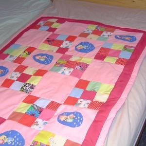 Macis kislány takaró - LEÁRAZTAM!!, Otthon & Lakás, Lakástextil, Takaró, Patchwork, foltvarrás, Vidám színekben rózsaszín kislány ágytakaró. \nKét rétegű pamutvászon anyagból, vékony vatelinnel bél..., Meska