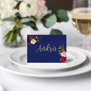 Elegáns kék ültetőkártya, esküvői ültetőkártya, kék ültetőkártya, bordó akvarell virágokkal  (bonniesweddingart) - Meska.hu