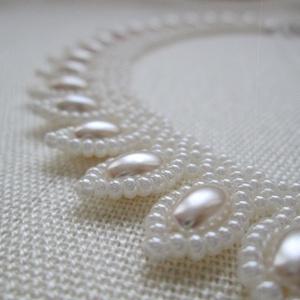Fehér gyöngynyakék rizsszem alakú gyönggyel, Ékszer, Nyaklánc, Esküvő, Otthon & lakás, Dekoráció, Ünnepi dekoráció, Szerelmeseknek, Ékszerkészítés, Gyöngyfűzés, gyöngyhímzés, Gyöngyfűzéssel készült nyakék.\nMinőségi cseh kásagyöngyből, rizsszem alakú üvegtekla gyöngyökkel dís..., Meska