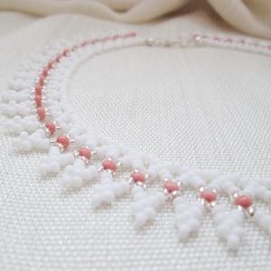 Fehér kistászli telt színű gyöngyből, rózsaszínnel és némi gyémántos fénnyel, Gyöngyös nyaklác, Nyaklánc, Ékszer, Ékszerkészítés, Gyöngyfűzés, gyöngyhímzés, Hagyományos magyar népi gyöngyfűzés. Ünnepre, vagy egyszerűen a mindennapokra. :)\n, Meska
