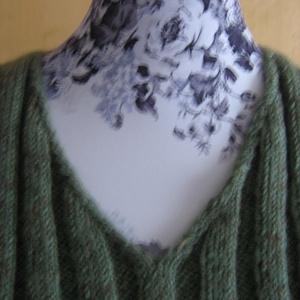 Chili paprika üveggyöngyös, bordás kötésű, V-nyakú, sportos, kézzel kötött pulóver - Meska.hu