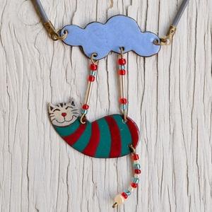 Tűzzománc cicás nyaklánc, macskás medál, macskás nyaklánc, csíkos nyaklánc, cirmos macska, cirmos macska nyaklánc, cica, Ékszer, Nyaklánc, Medálos nyaklánc, Tűzzománc, Ez a macska egy igazi égi akrobata. Mindig talpra esik, és lélegzetelállító mutatványokat hajt végre..., Meska