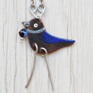 Tűzzománc csóka nyaklánc gyönggyel a csőrében, madár nyaklánc, madár ékszer, , Ékszer, Nyaklánc, Medálos nyaklánc, Tűzzománc, Csóka madár nyaklánc, vörösréz alapra, tűzzománcból készült. A medál hossza kb 6 cm.\nKézzel készült ..., Meska