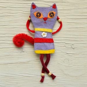 Cicás macskás ujjbáb Mónika a cicalány, Játék, Gyerek & játék, Ékszer, Kitűző, bross, Dekoráció, Otthon & lakás, Varrás,  Filc anyagból, harisnyából és fagyöngyből, zseníliadrótból és régi gombból készült egyedi ujjbáb ci..., Meska