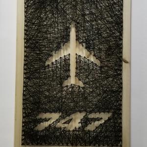 """Boeing 747 string art , Otthon & Lakás, Dekoráció, Falra akasztható dekor, Szövés, Szeretitek a repcsiket?\nMi nagyon.\n\nHa festettük volna és a kép címén kellene agyalni akkor az \""""ég k..., Meska"""