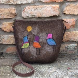nemez táska színes madarakkal díszítve, Táska, Divat & Szépség, Táska, Laptoptáska, Válltáska, oldaltáska, Nemezelés, 100% gyapjúból vízzel és szappannal nemezelt női táska.\nTartós, erős, formatartó. \nBelül bélelt, 3 k..., Meska