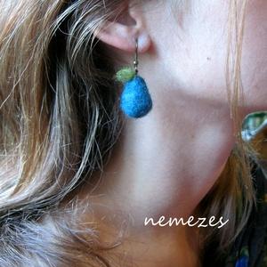 Kék körte - nemez fülbevaló, Ékszer, Fülbevaló, Nemezelés, A fülbevalót gyapjúból nemezeléssel készítettem.\n2.5 cm hosszú. Kék színű gyapjú, pici zöld levélkév..., Meska