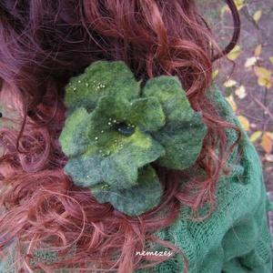 VIRÁGOSAN - NEMEZESEN :) - zöld vidámság virág hajdísz, ruhadísz  (Nemezes) - Meska.hu