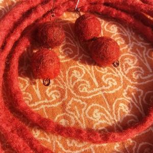 indiai vörös - nemez ékszer, Ékszer, Fülbevaló, Nyaklánc, Bokalánc, lábgyűrű, Nemezelés, Vörös bordós színű rusztikus gyapjúból nemezeltem a szettet. \nA fülbevaló teljes hossza 6 cm.\nKét lá..., Meska