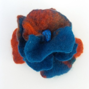 türkiz - narancs - nemez virág, Ékszer, Kitűző, bross, Nemezelés, Gyönyörű türkiz  kék és narancs merinói gyapjúból nemezeltem az ékszert. \nA virág 9 cm átmerőjű. Peh..., Meska