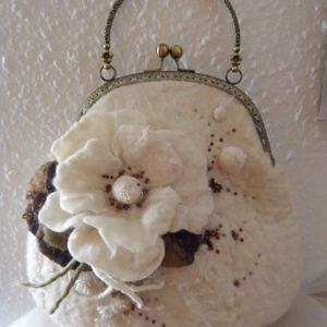 Tavirózsák tánca - nemez táska, Táska, Táska, Divat & Szépség, Nemezelés, Varrás, A táskát fehér gyapjúból nemezeléssel készítettem. A gyöngy fehér gyapjúhoz száraz virág  színekből ..., Meska
