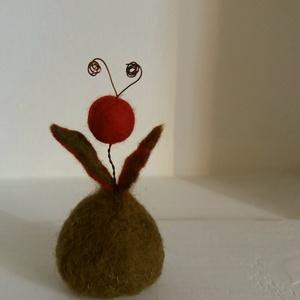 Köszönöm :)  - hangulat nemezből, Otthon & lakás, Esküvő, Nemezelés, Vidám kis lény a köszönet. Olyan, mint egy kis tulipán. Ragyog, boldog, énekel...\n:)\n\nTömör kis figu..., Meska