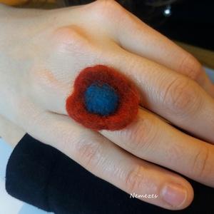 Virágos napokra, kék - bordó hangulat - nemez gyűrű, Ékszer, Gyűrű, Nemezelés, A gyűrűt gyapjúból nemezeltem. A virág 2.5 cm átmérőjű. Kényelmes ez a gyűrűalap, állítható, így iga..., Meska