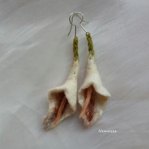 Minden nap  :) - Gyöngy fehér kála - nemez fülbevaló, Ékszer, Fülbevaló, Nemezelés, Gyapjúból nemezeltem a virágokat. Selyemszáltól kapja gyöngy színű fényét. \nTeljes hossza: 9 cm...., Meska