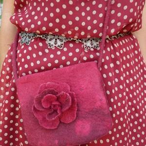 Mindig kell egy kis virág  :) - nemez táska (Nemezes) - Meska.hu