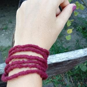 Burgundi vörös nemez lánc, Fonott karkötő, Karkötő, Ékszer, Nemezelés, Puha gyapjúból nemezeltem a láncot. \nSzerintem ez a hideg típusok vöröse ;)\nNagyon szép egyenletes, ..., Meska