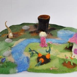 Tündérország nemez táj terepasztal Waldorf ihlette természet inspirálta fa odú patak virágok szerep játék ajándék, Játék, Gyerek & játék, Báb, Játékfigura, Készségfejlesztő játék, Baba-és bábkészítés, Nemezelés, Tündérország megérkezett! A nemeztájakon, terepasztalokonn a természetből és a mesékből merített ele..., Meska