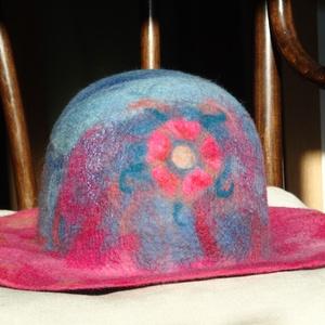 Nemez kalap ötszirmú rózsával, Táska, Divat & Szépség, Sál, sapka, kesztyű, Ruha, divat, Sapka, Női ruha, Nemezelés, Kézzel készített, egyedi kalap, meleg és puha.\nAnyaga: 100 % merino szalaggyapjú (a legfinomabb gyap..., Meska
