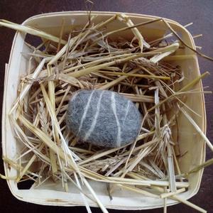 nemezelt növényi szappan, Szappan, Szappan & Fürdés, Szépségápolás, Nemezelés, nemezelt növényi szappan\nKészen vásárolt növényi szappant kavics formára alakítottam és tiszta gyapj..., Meska