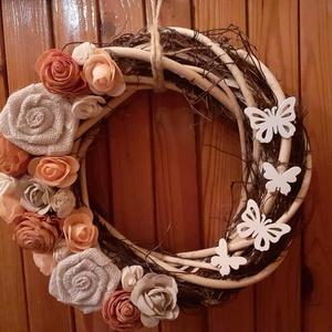 Rózsás ajtódísz, Otthon & lakás, Dekoráció, Dísz, Virágkötés, Alapja 26 cm átmérőjű. Ming virágokkal, habrózsákkal, vászonrózsákkal, fa pillangókkal lett díszítve..., Meska