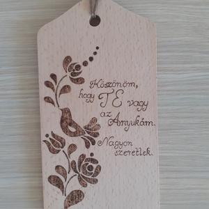 Anyaköszöntő tábla - szövegszerkesztős betűtípussal is kérhető, Esküvő, Emlék & Ajándék, Szülőköszöntő ajándék, Gravírozás, pirográfia, 12x21 cm-es falra akasztható tábla, faégetéssel díszítve, lakkozva. \n\nKérheted más felirattal is és ..., Meska