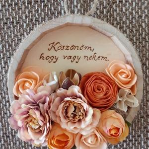 Virágos üzenet, Otthon & lakás, Dekoráció, Ünnepi dekoráció, Anyák napja, Szerelmeseknek, Virágkötés, Gravírozás, pirográfia, Falra akasztható, faégetéssel és selyemvirágokkal, habrózsákkal, egy ming virággal, bakulival díszít..., Meska