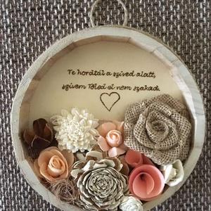 Anyáknak szól, Esküvő, Meghívó, ültetőkártya, köszönőajándék, Otthon & lakás, Dekoráció, Ünnepi dekoráció, Anyák napja, Virágkötés, Gravírozás, pirográfia, 15 cm átmérőjű fa alap faégetéssel és ming virágokkal, juta rózsával, bakulival, habrózsákkal, szizá..., Meska